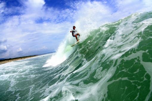 宮崎県日向市・Dear Surf 海埜 士プロライディング風景/撮影:Naoki Shiotsuki