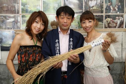 千徳酒造蔵見学・武井千穂(左)門田社長(中央)中本望美(右)