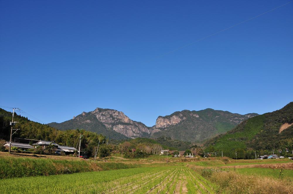 ひでじビール蔵見学・工場近くの行縢山の風景