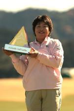優勝トロフィーを持つ木村選手