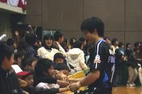 地元ファンと握手